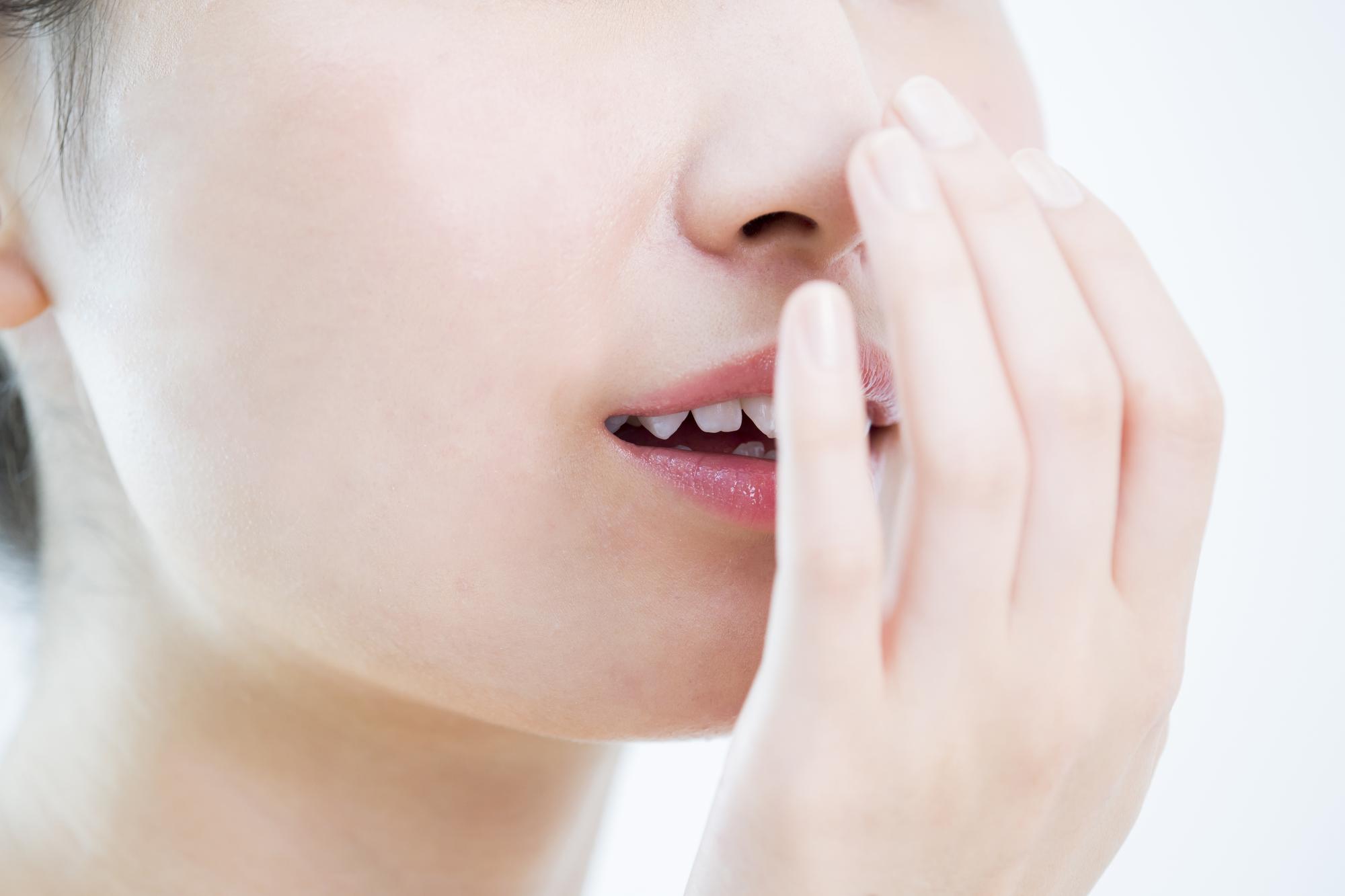 口が乾いてネバつく、口臭が気になる… ドライマウスの原因と対処法